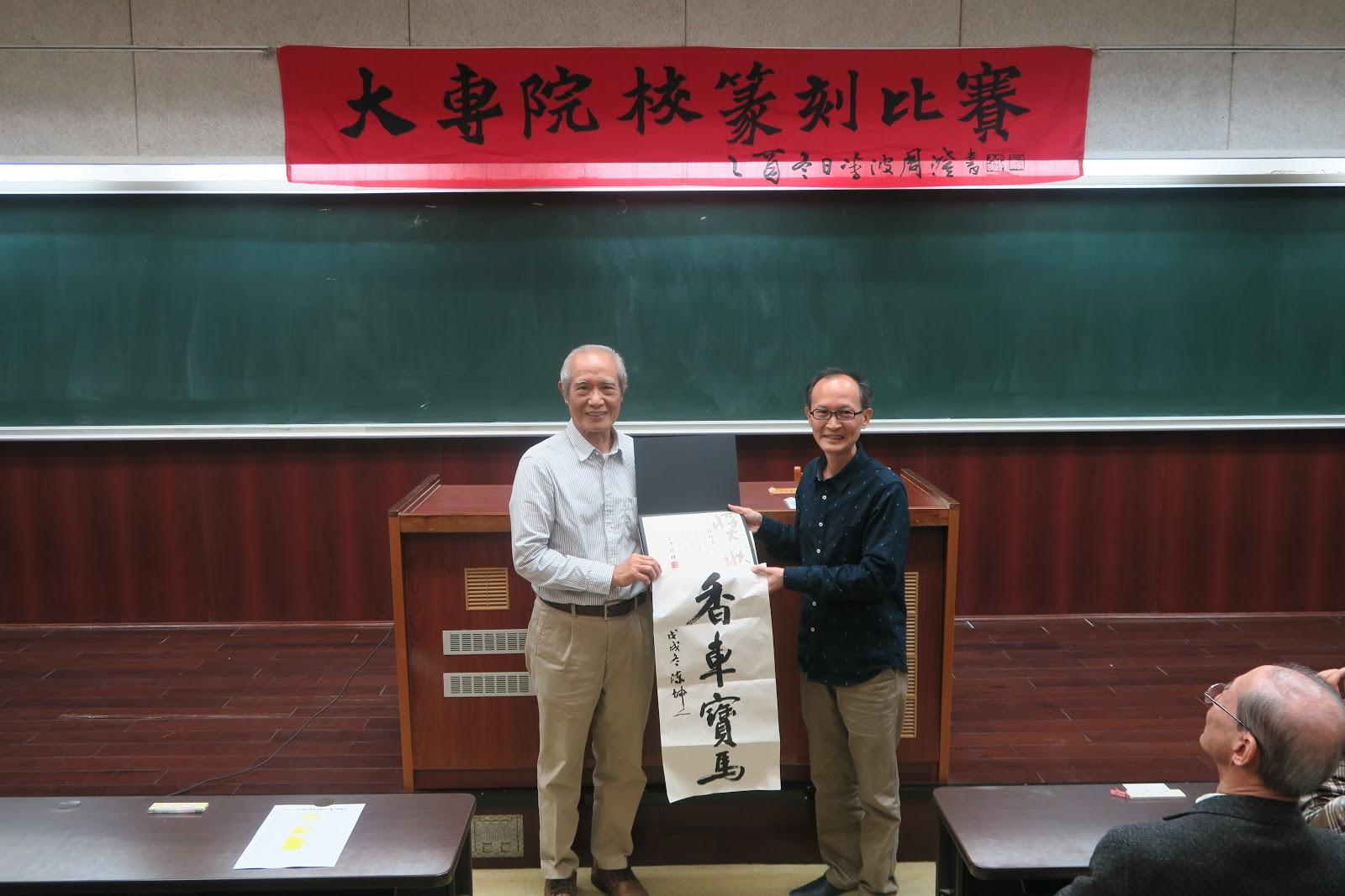 第一名得獎者賴錦源同學與陳坤一老師合照